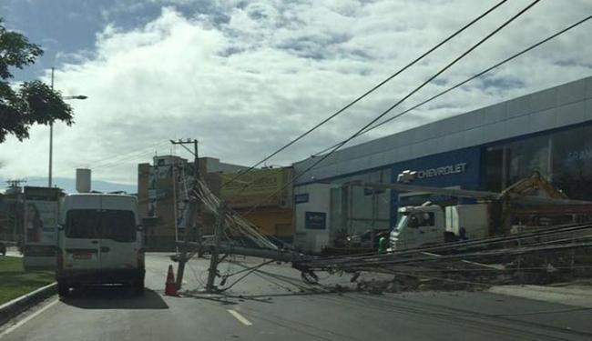 Com o choque o poste caiu e causa congestionamento no local - Foto: Giovanna Magalhães l Via Whatssap