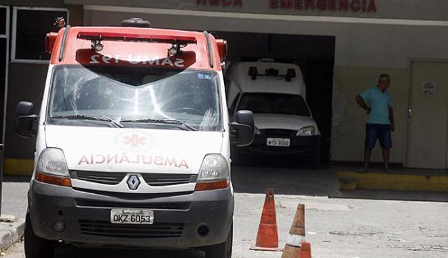 Ambulâncias ficam paradas na emergência do hospital aguardando liberação das macas - Foto: Luiz Tito | Ag. A TARDE