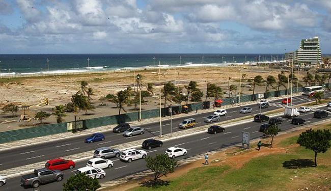 A área à beira-mar está cercada por tapumes desde a demolição do prédio, feita em 2014 - Foto: Eduardo Martins l Ag. A TARDE
