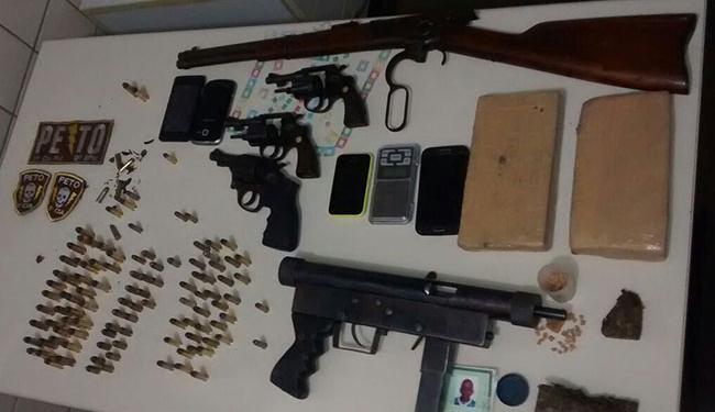 Foram apreendidas, ainda, outras armas, droga e munição - Foto: Divulgação | Polícia Militar