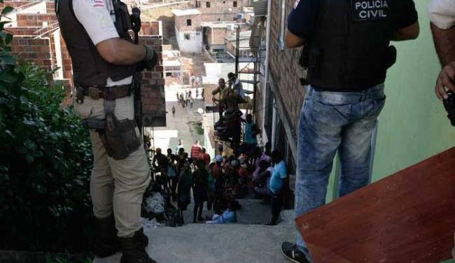 Garotos estavam sentados em escadaria quando foram baleados - Foto: Edilson Lima | Ag. A TARDE