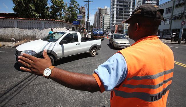 Todos os pontos de interdição serão sinalizados pela Transalvador para auxiliar os motortistas - Foto: Edilson Lima | Ag. A TARDE