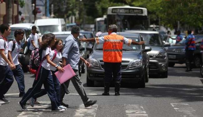 A ação da Transalvador objetiva conscientizar pedestres e motoristas - Foto: Raul Spinassé | Ag. A TARDE
