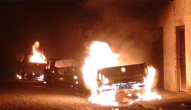 Um dos veículos queimados pelos criminosos da cidade, no início da semana - Foto: Reprodução l Blog de Tavares