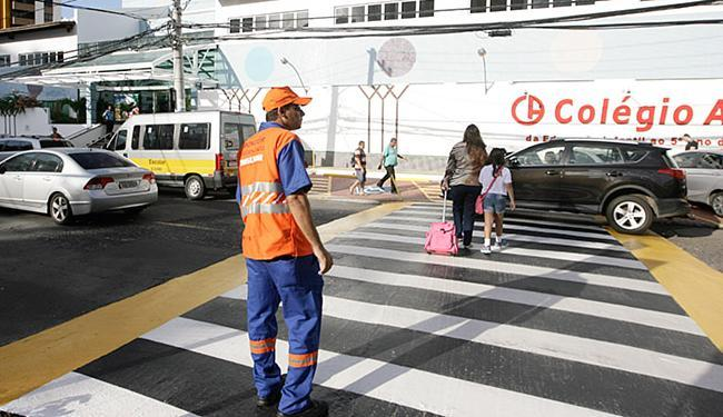 Na Pituba, agente auxilia pedestres a cruzarem a faixa - Foto: Edilson Lima l Ag. A TARDE