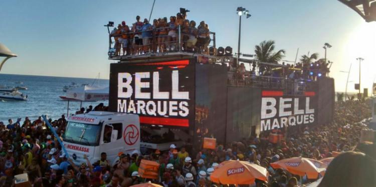 Bell Marques comanda o desfile do bloco Vumbora - Foto: Paula Pitta   Ag. A TARDE