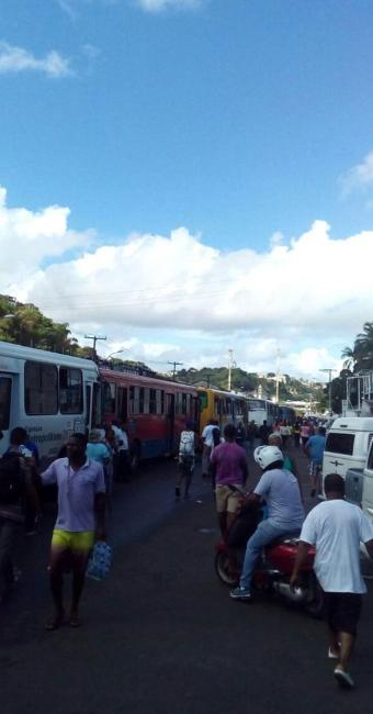 Motoristas param na Calçada e os muitos passageiros desceram dos coletivos - Foto: Jackson Batista l Cidadão Repórter | WhatsApp de A TARDE