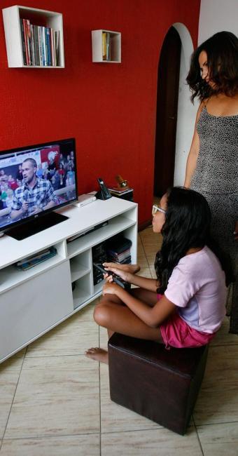 A professora Vivian Cunha disse acompanhar de perto a programação televisiva que a filha assiste - Foto: Margarida Neide | Ag. A TARDE