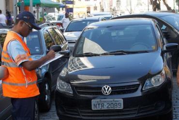 Agente da Transalvador aplicando multa - Foto: Lúcio Távora   Ag. A TARDE