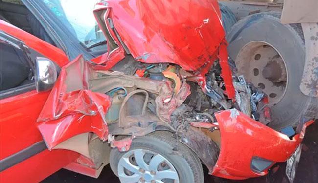 Vítimas estavam em um carro de passeio que bateu na carreta - Foto: Reprodução | Blog do Braga