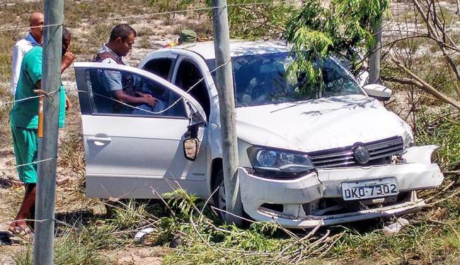 O carro ficou preso entre duas estacas e precisou ser empurrado para poder abrir as portas da frente - Foto: Iloma Sales | Ag. A TARDE