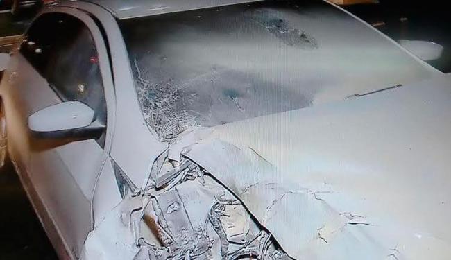 Bandidos bateram o carro durante fuga e um dos assaltantes foi preso - Foto: Reprodução | Record