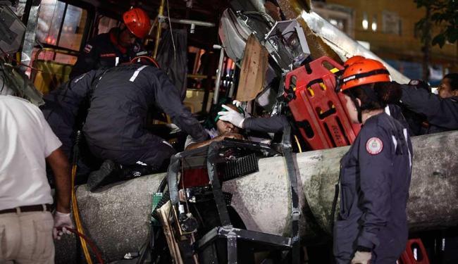 Bombeiros trabalham no resgate do motorista - Foto: Adilton Venegeroles | Ag. A TARDE