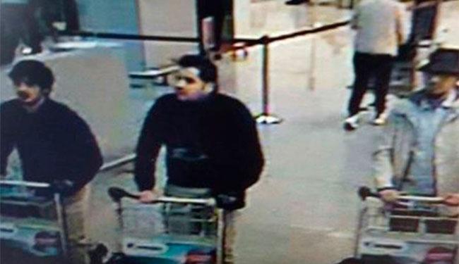 Laachraoui aparece de casaco claro ao lado de irmãos homens-bombas - Foto: Reprodução
