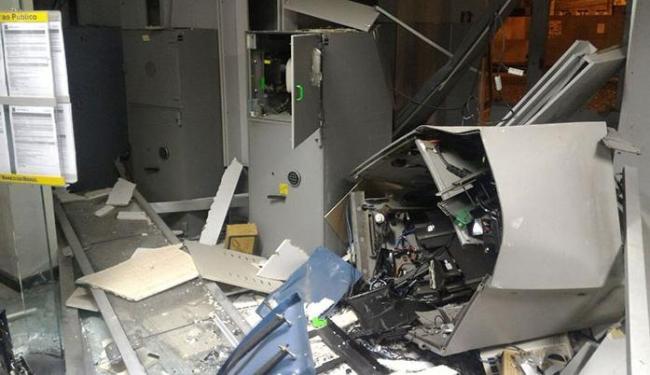 Com a explosão, o banco em Iaçu ficou parcialmente destruído - Foto: Blog Itabera Repórter