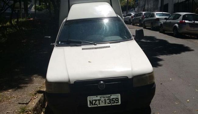 Dois veículos Fiorino esperavam na rua São Luiz, na Barra, para serem usados pelos bandidos - Foto: Edilson Lima | Ag. A TARDE