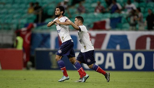 Zé Roberto (à frente) festeja após marcar o gol do triunfo - Foto: Lúcio Távora | Ag. A TARDE