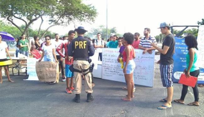 Estudantes protestaram na BR-116, altura do km-417 da rodovia - Foto: Acorda cidade