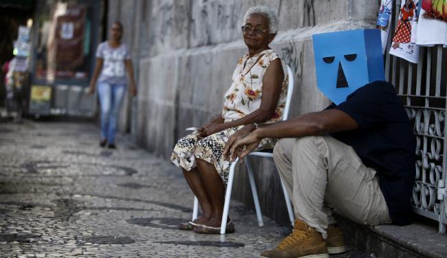 O cantor Russo Passapusso usa máscara símbolo da banda, no centro de Salvador - Foto: Lúcio Távora | Ag. A TARDE