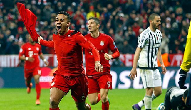 Thiago Alcantara celebra o gol da emocinante virada do Bayer - Foto: AP Photo l Matthias Schrader