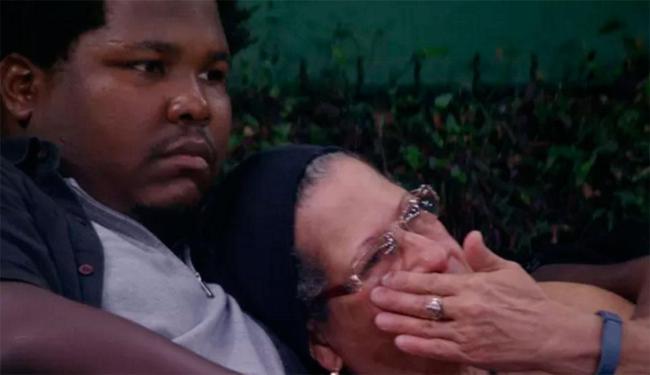 Após a briga a aposentada foi consolada por Ronan - Foto: Reprodução | TV Globo
