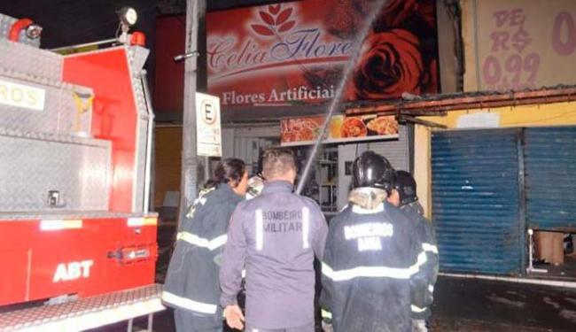 Bombeiros debelam o fogo na loja de flores artificiais - Foto: Site Acorda Cidade