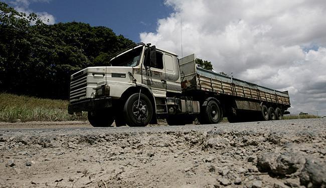 Estrada da Cetrel oculta verdadeiras armadilhas - Foto: Adilton Venegeroles l Ag. A TARDE