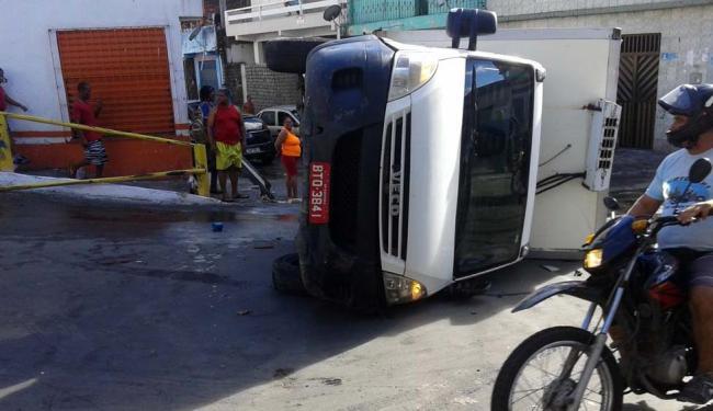 Caminhão ficou atravessado na via, atrapalhando a passagem de outros veículos - Foto: Gilson Gomes | Cidadão Repórter | WhatsApp A TARDE