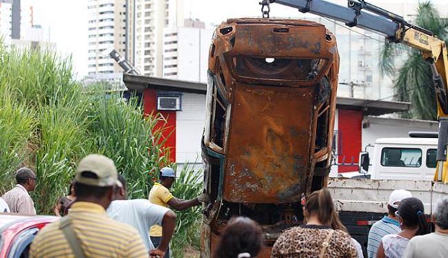 Agentes da Secretaria Municipal de Ordem Pública recolhem carros abandonados nas ruas - Foto: Raul Spinassé l Ag. A TARDE
