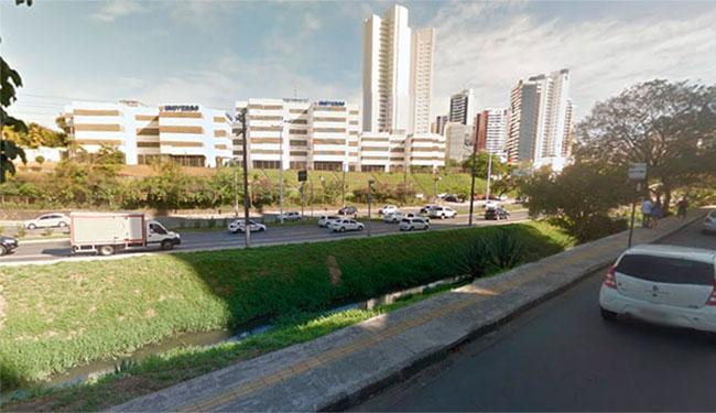 O serviços de limpeza faz parte da preparação da cidade para o período de chuvas - Foto: Reprodução | Street View