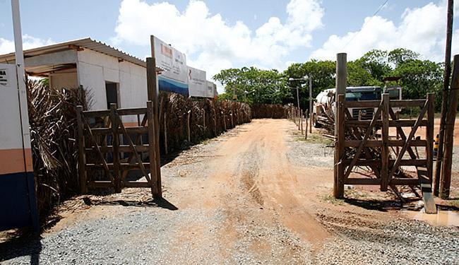 Vila Tapera é um dos locais onde cancela limita o trânsito de moradores - Foto: Adilton Venegeroles l Ag. A TARDE l 18.02.2016