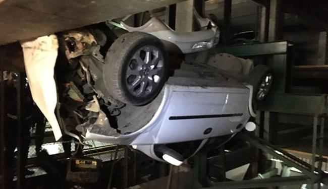 Veículo ficou preso em uma fenda no segundo andar - Foto: Divulgação l Corpo de Bombeiros