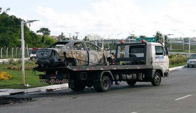Carro ficou completamente destruído após o incéndio - Foto: Margarida Neide | Ag. A TARDE