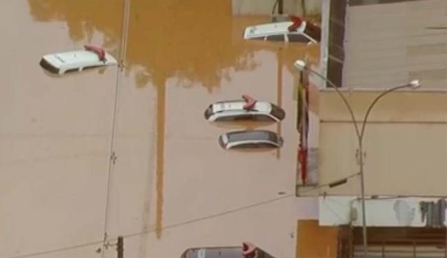 Carros da polícia ficaram submersos por conta das fortes chuvas em São Paulo - Foto: Reprodução | Globo News