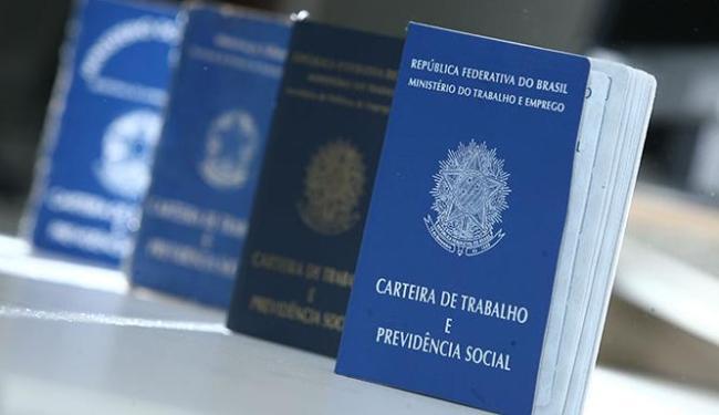 Número do PIS, PASEP ou NIS; Carteira de Trabalho são documentos imprescindíveis - Foto: Raul Spinassé | Ag. A TARDE