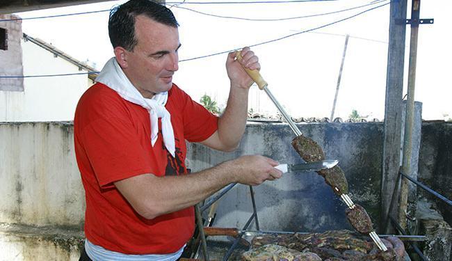 Para a função de churrasqueiro não é preciso ter ensino médico completo - Foto: Abmael Silva | Ag. A tarde | 09.06.2006