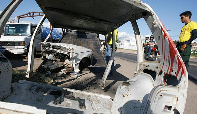 Agentes removem veículos e conscientizam moradores - Foto: Luiz Tito l Ag. A TARDE