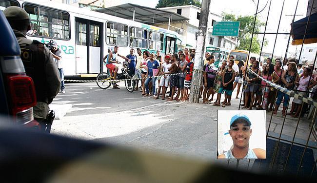 Cristian (foto destaque) foi atingido no peito ao reagir a um roubo na loja onde trabalhava - Foto: Joá Souza | Ag. A TARDE