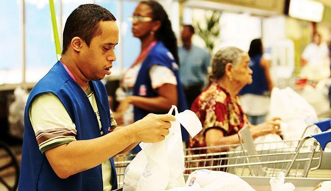 As oportunidades para o cargo de empacotador são destinadas a pessoas com deficiência - Foto: Mila Cordeiro | Ag. A TARDE