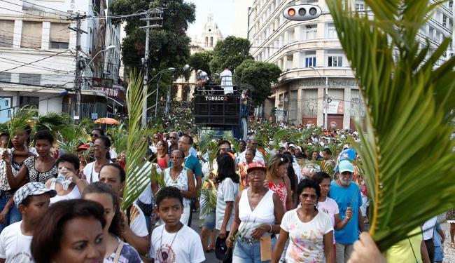 Fiéis participaram da caminhada que saiu do Campo Grande e seguiu até a praça municipal - Foto: Edilson Lima | Ag. A Tarde