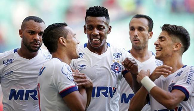 Edigar Junio, autor dos gols do Tricolor, comemora com os companheiros - Foto: Raul Spinassé | Ag. A TARDE