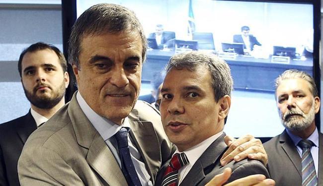 Eduardo Cardozo (à esquerda) abraça Wellington, o substituto na pasta da Justiça - Foto: Adriano Machado l Reuters