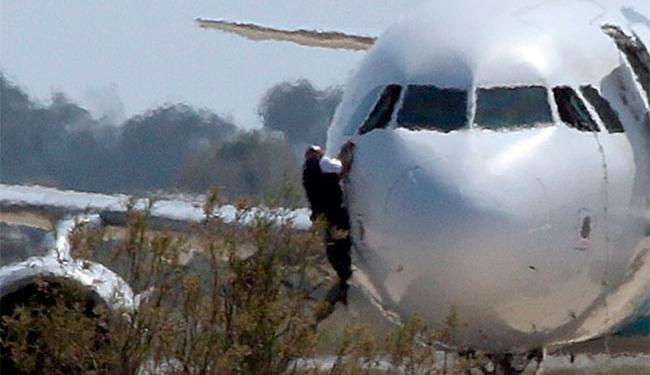 Refém saiu pela janela do cockpit do Airbus A320 da Egyptair Airbus - Foto: Yiannis Kourtoglou | Reuters