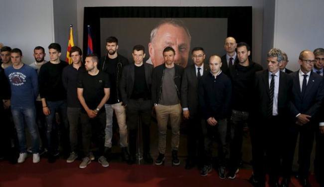 O elenco do Barcelona, incluindo o brasileiro Neymar, homenageou o holandês com 1 minuto de silêncio - Foto: Albert Gea | Ag. Reuters
