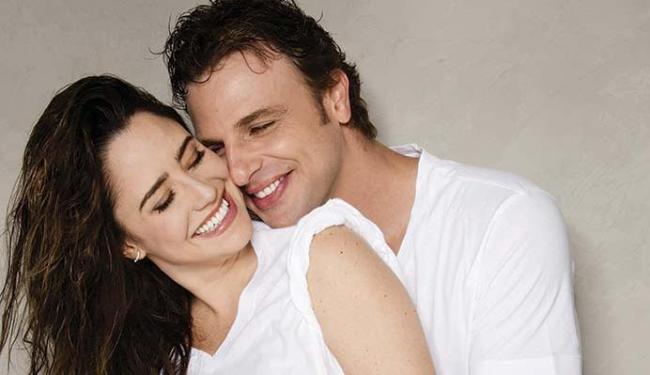 Dupla de atores mostra um casal que fala do relacionamento após ficarem presos no banheiro - Foto: Divulgação