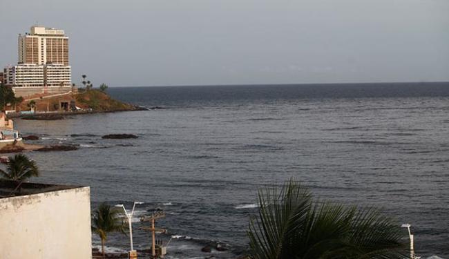 Mancha extensa de esgoto não tratado é visível pelos banhistas e pescadores no Rio Vermelho - Foto: Adilton Venegeroles | Ag. A TARDE