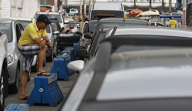 Motoristas esperam até 2h30 para embarcar no ferry no Terminal de São Joaquim - Foto: Lúcio Távora   Ag. A TARDE