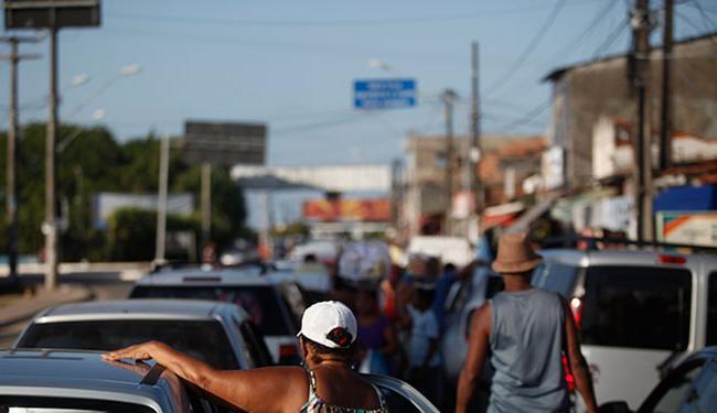 Começam a se formar filas de carros para embarque no Terminal de Bom Despacho - Foto: Raul Spinassé | Ag. A TARDE