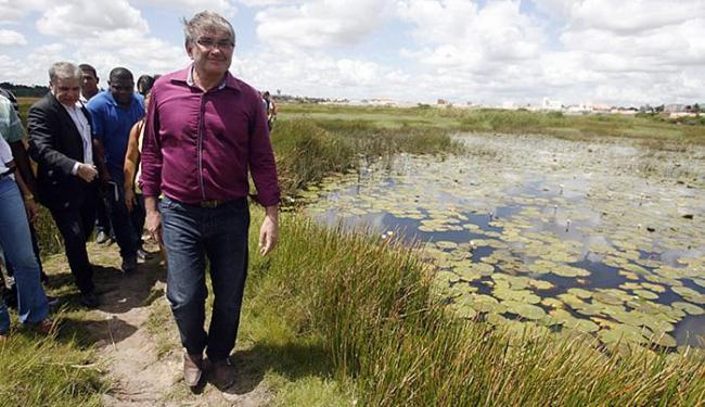 Eugênio Spengler, secretário do meio ambiente estadual, visitou a lagoa - Foto: Luiz Tito   Ag. A TARDE