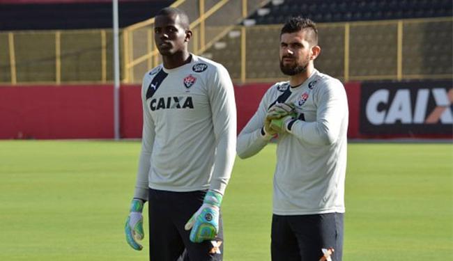 Fernando Miguel (D) fez um trabalho com o preparador de goleiros em campo - Foto: Divulgação l EC Vitória